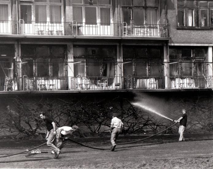 Door een achteloos uit een raam geworpen peuk ontstond op 15 augustus 1989 brand in de struiken voor het Lambertusziekenhuis in Helmond. IJlings werden de patiënten op de zalen geëvacueerd en klommen de vlammen langs de voorgevel van het ziekenhuis tot onder de dakrand. De brandweer had de grootste moeite om het vuur bij de grote houten ziekenhuiszolder tegen te houden.
