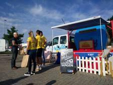 Een kofferbak vol met zonnebrandcrème: KWF deelt 'Sun Good-iebags' uit