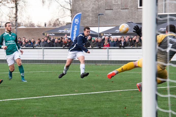 Bavel-aanvaller Luuk Oomen zette zijn ploeg op 0-1. UVV'40-doelman Luc van Dongen heeft het nakijken.