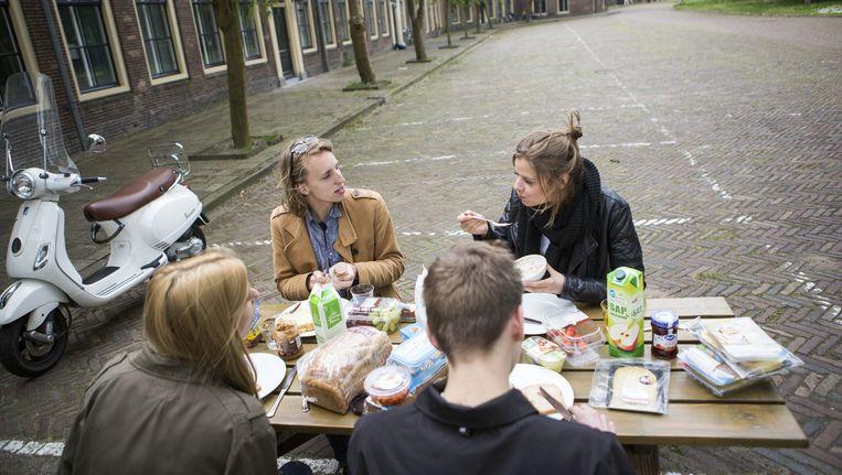 Erik van Heijningen en zijn collega's lunchen op de Voorwerf van het Marineterrein in Amsterdam, het oudste deel van het terrein. Beeld null