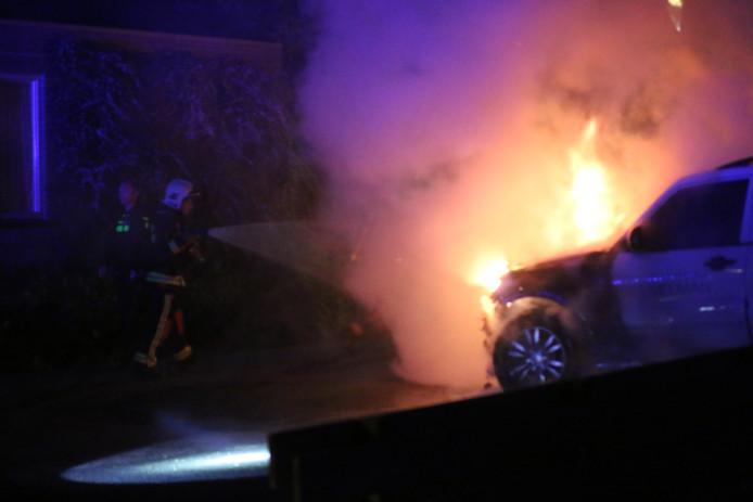 Een auto gaat in vlammen op aan de Tjalkwerf in Gouda.
