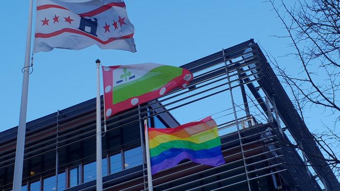 De regenboogvlag voor het gemeentehuis in Meppel.