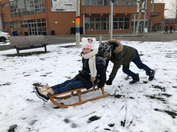 Dat er maar weinig sneeuw meer ligt op het Bolwerkplein lieten deze kinderen niet aan hun hart komen.