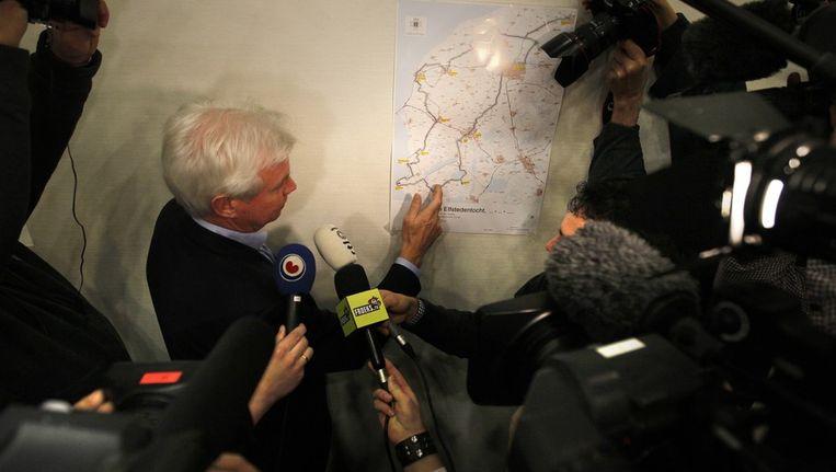 Voorzitter Wiebe Wieling van de Vereniging De Friesche Elf Steden laat zien waar de zwakke plekken in de route zitten. Beeld anp