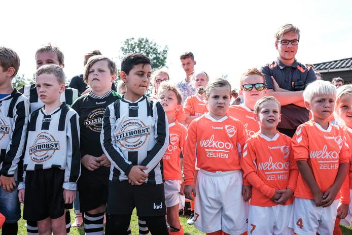 De jeugd van vv Zelhem (links) en Zelos speelt dit seizoen al samen onder de naam ZZC.