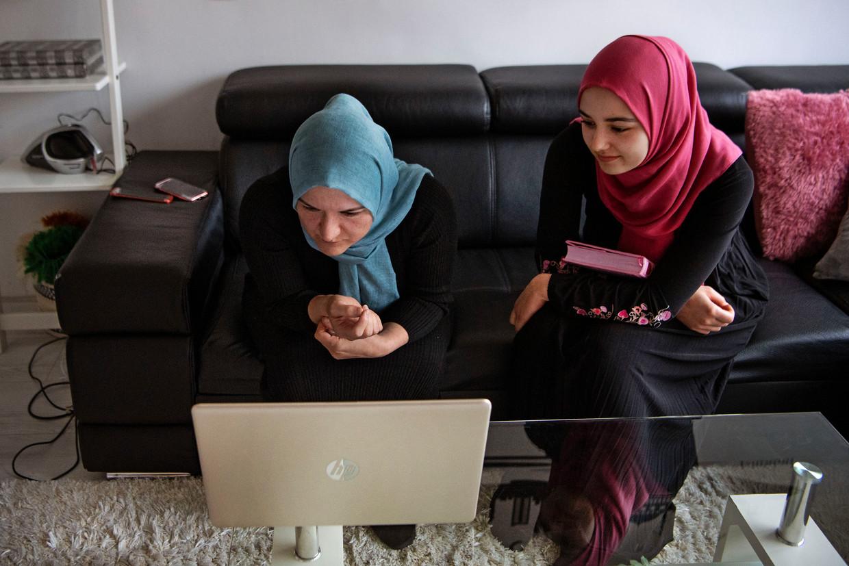 Hasene Eryigit en haar dochter Semanur voor de laptop.