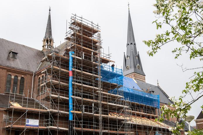 De Heilig Hartkerk in de steigers.