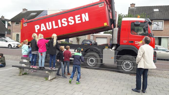Paulissen kwam woensdag met kipperwagen naar De Vonder.