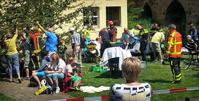 Een vallende tak bij de opstaplocatie van de fluisterboten in Zutphen is op acht toeristen terecht gekomen.