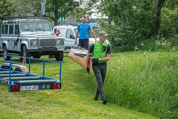 Voor de training gaat de kano het water in ter hoogte van de Zwaaikom in Roeselare.