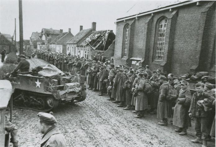 Bij de kerk van Retranchement staan in oktober 1944 enige honderden Duitse krijgsgevangenen te wachten op transport naar een van de krijgsgevangenkampen in België. G.A.S., Fotocollectie gemeente Sluis.
