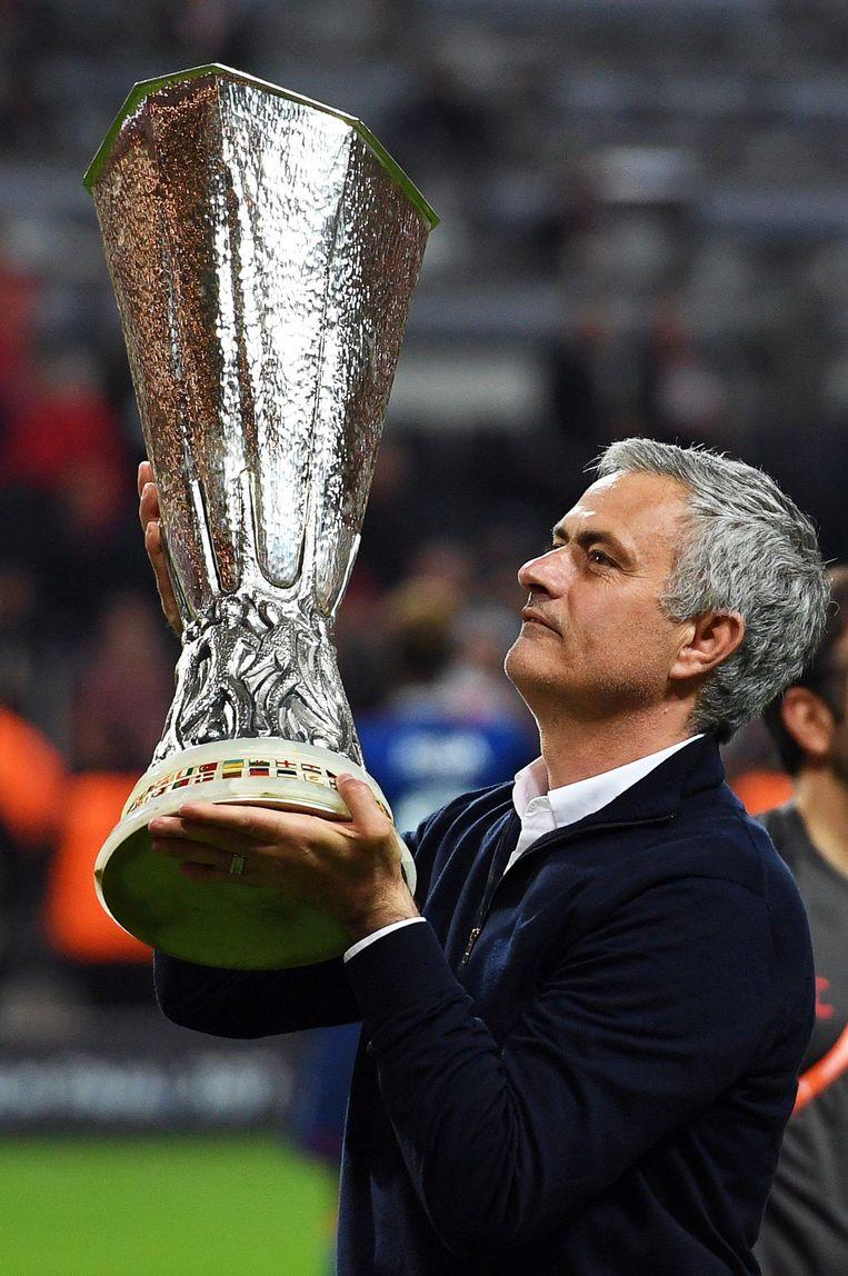 Mourinho met de Europa League-beker. Beeld anp