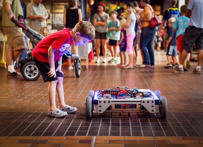 Naast lezingen en workshops voor volwassenen is er ook een uitgebreid programma voor kinderen tijdens de Eindhoven Maker Faire.