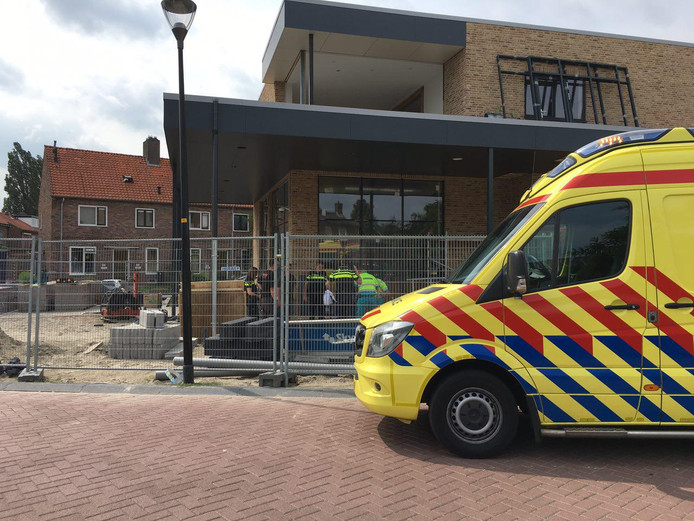 Een ambulance bij de bouwplaats in Zutphen.
