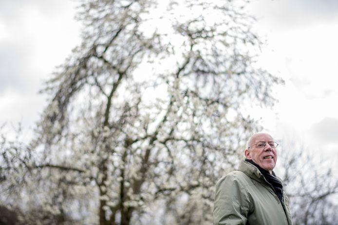 Fred Eggink in een bloeiende boomgaard in Hemmen.