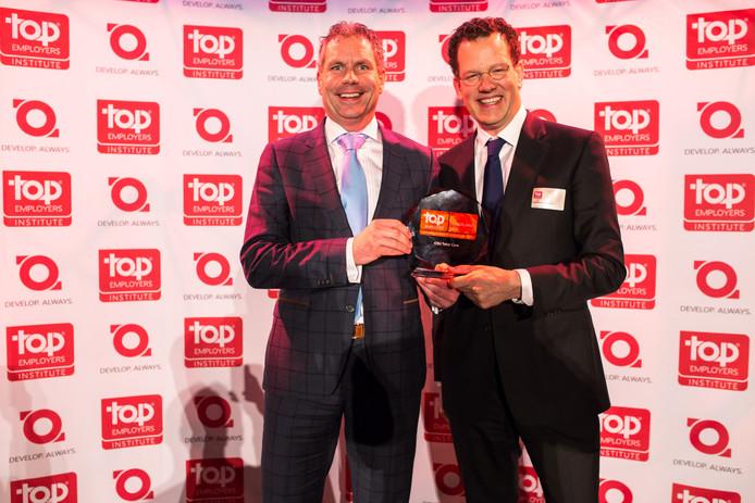 Marco Gramser, CSU Directeur P&O (links) ontvangt de Top Employer Award van David Pink, CEO van Top Employers Institute.