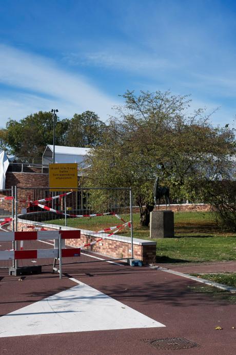 Onder de tent op de Dafne Schippersbrug komt de wegdekverwarming