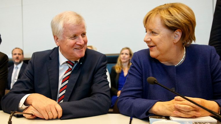 Duits bondskanselier Angela Merkel (CDU) naast Horst Seehofer, de voorzitter van de Beierse zusterpartij CSU.