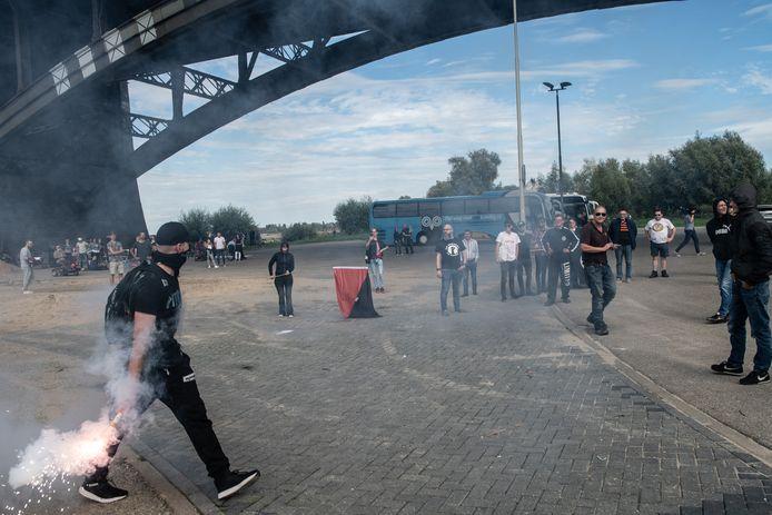 Onder de Waalbrug kwam het kort tot een clash tussen rechts en links. Links was er aanwezig om een spandoek te maken met de tekst 'refugees welcome' zoals op de brugpijler.