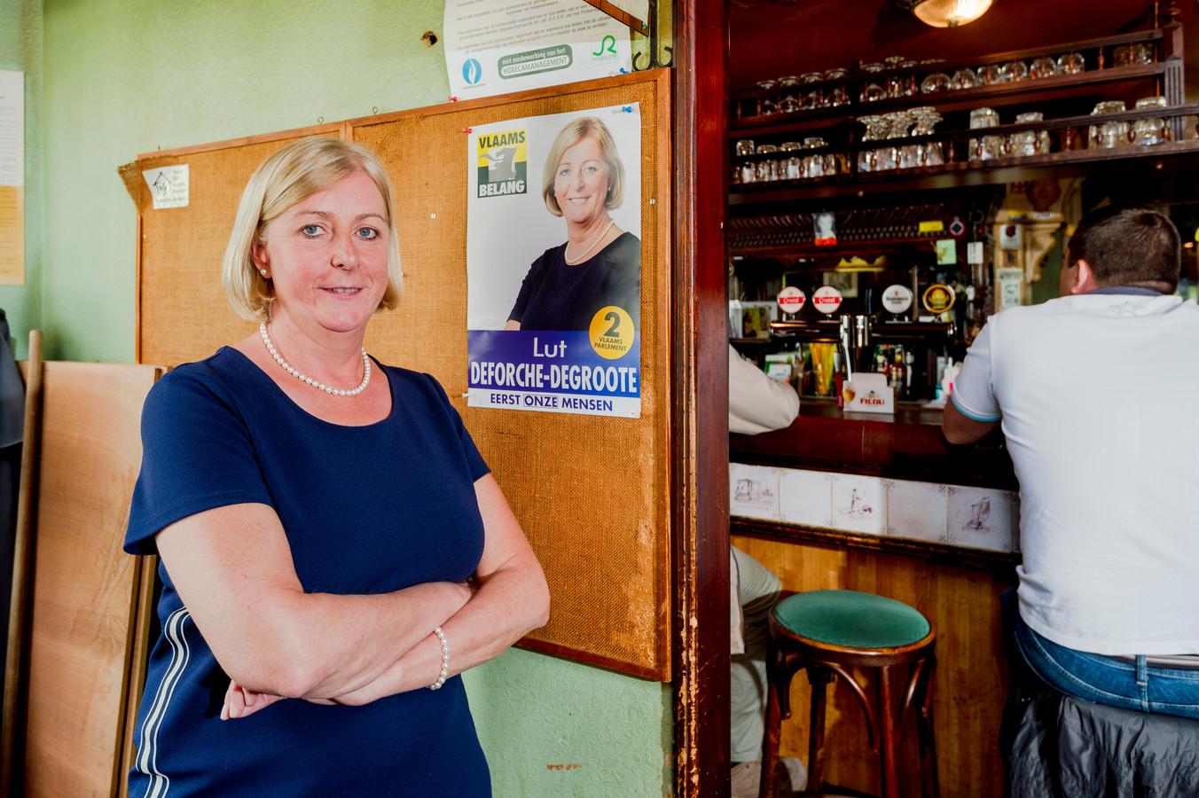 Lut Deforche-Degroote (53) blijft gewoon pintjes tappen in haar Vlaamse café Gezelle in Roeselare.
