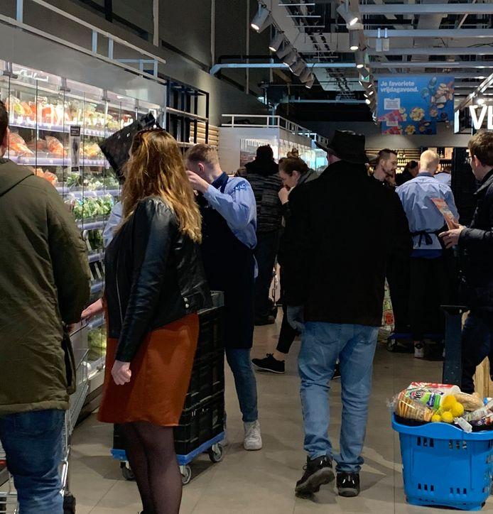 Klanten dromden vorige week nog samen in de supermarkt in Kampen.