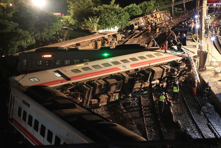 Reddingswerkers zoeken naar slachtoffers van het treinongeval in het Taiwanese Yilan op 21 oktober.