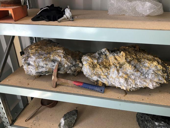 De 95 kg en 63 kg wegende stenen die bedekt zijn met goud.