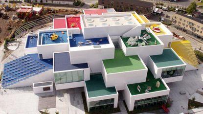 Er is nu een groot Lego-huis in Denemarken, en niemand is er te oud voor