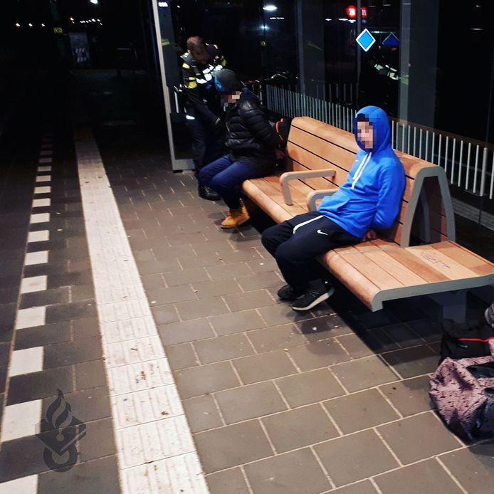 November 2019: Een extreme vorm van overlast door de combinatie van dakloosheid en overmatig alcoholgebruik. Twee arbeidsmigranten deden op station Boskoop alsof ze voor de trein wilden springen. De politie wist ze op te pakken.