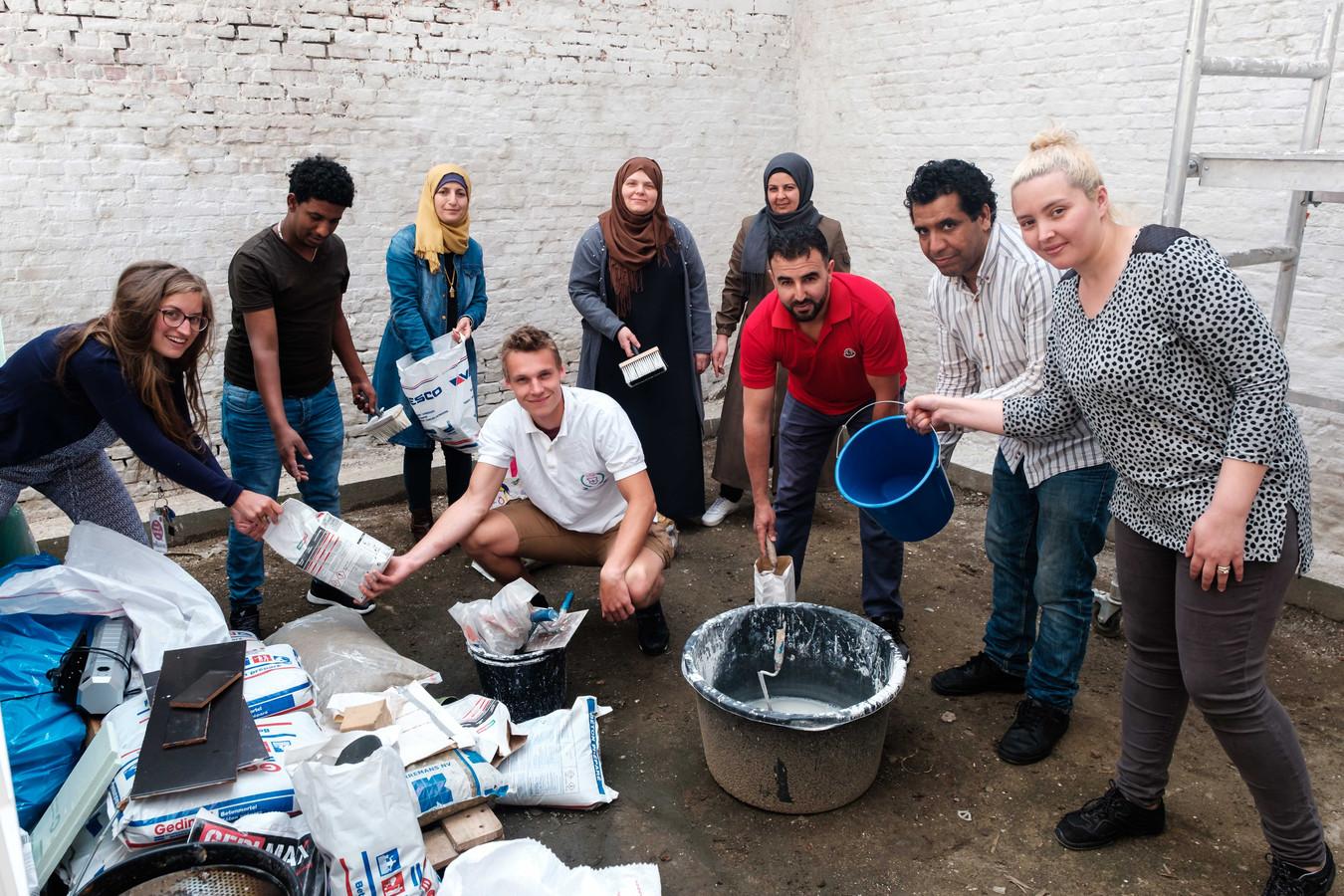 Vrijwilligers komen elke woensdag samen om de tuin samen vorm te geven.