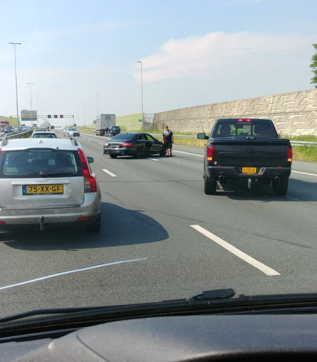 Ongeluk met vrachtwagen en drie auto's op A2 bij Den Bosch