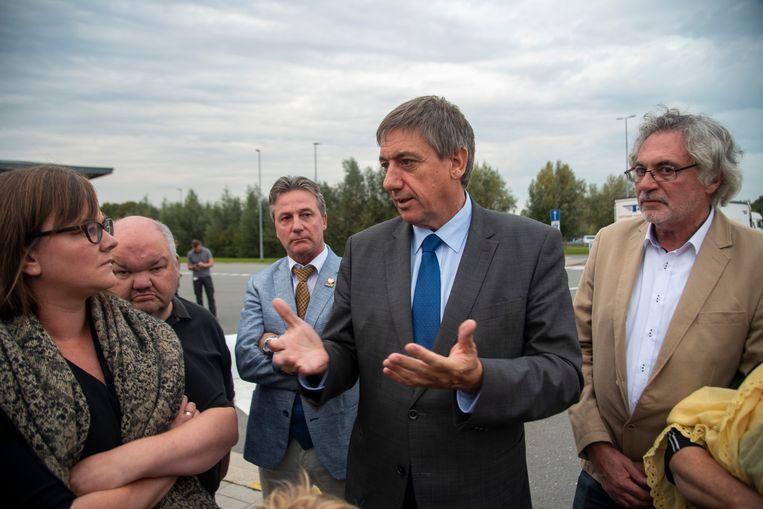 Jan Jambon kwam naar de parking van de E40 in Wetteren op vraag van de lokale N-VA afdeling