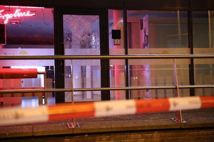 Man slaat met baksteen in op zonnestudio aan Betje Wolffstraat.