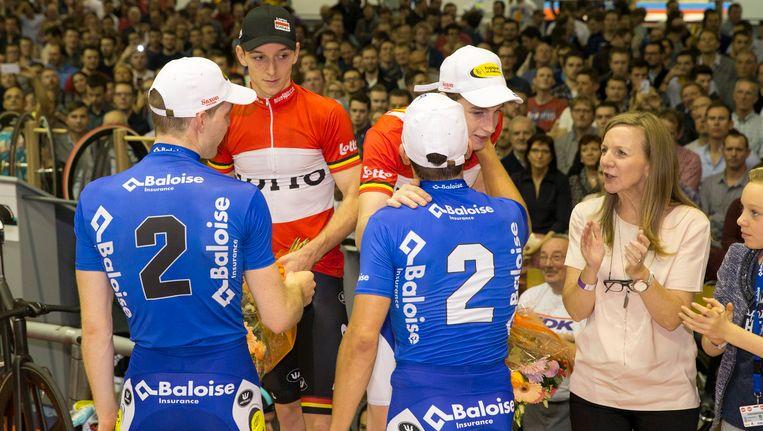 Nummers twee Kenny De Ketele en Gijs van Hoecke (blauw) feliciteren nummers drie Otto Vergaerde en Jasper De Buyst (rood)