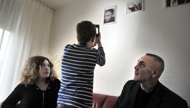 De moeder, de vader en het broertje van de Beverwijker Ihsan Gürz, kort nadat hij op 3 juli 2011 in een politiecel is overleden. Beeld Joost van den Broek