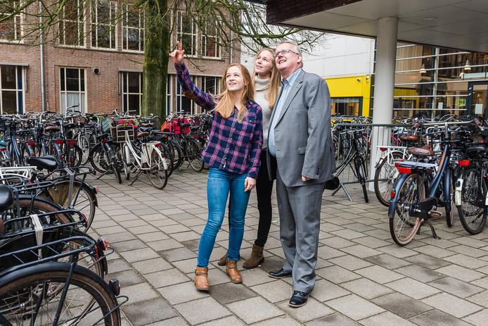 De vwo-scholieren Arwen Timmers Verhoeven (links) en Laura van Klaveren gingen niet over een nacht ijs.