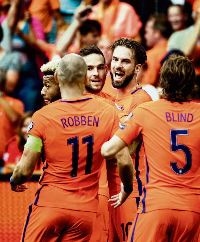 Oranje viert de 1-0 van Davy Pröpper tegen Bulgarije.