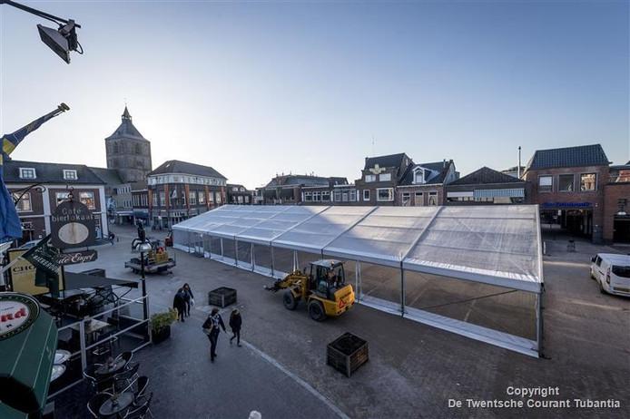 De grote doorzichtige tent staat weer op de Groote Markt, woensdag wordt begonnen met de aanleg van de ijsbaan.