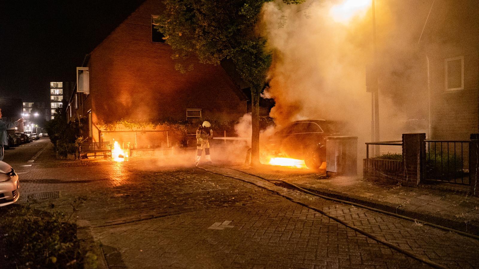 in Deventer is opnieuw een auto in brand gestoken, dit keer aan de GJ Ankersmitlaan. Een brandende jerrycan lag aan de overkant van de weg.