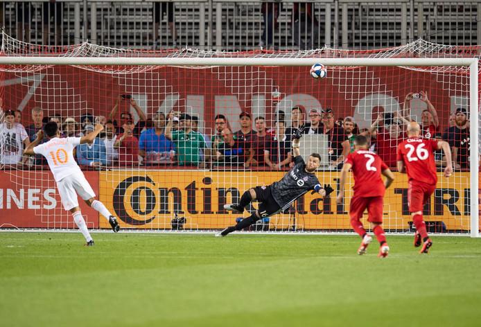 Gonzalo Nicolás 'Pity' Martínez schiet zijn penalty in de 96ste minuut over.