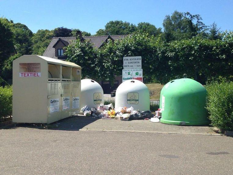 Bij de glasbollen aan het kerkhof in de Molenstraat wordt vaak veel afval achtergelaten. Met de camera's wil de stad dit tegengaan.