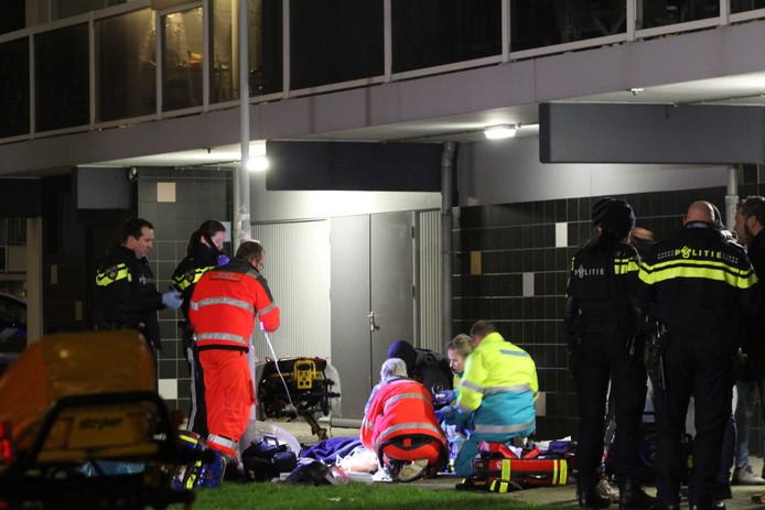 Ambulancepersoneel behandelt de verdachten na hun val van de derde verdieping