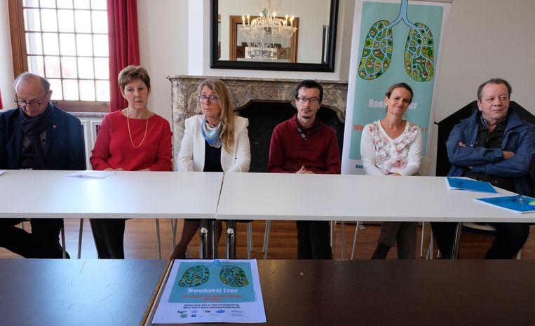 De campagne Rookvrij Lier werd vandaag voorgesteld. Catherine Meurisse (derde van links) is de trekker van de actie, schepen Walter Grootaers (helemaal rechts) de peter.