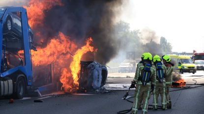 Twee dodelijke slachtoffers bij reeks ongevallen op de E17: autotransport en vrachtwagen in lichterlaaie, snelweg volledig afgesloten