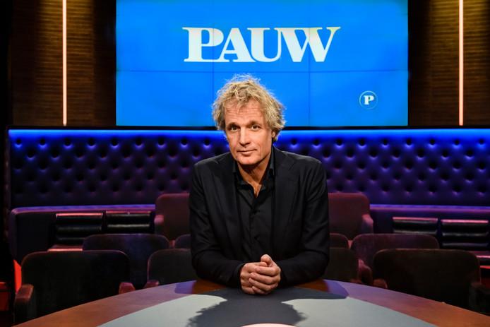 Jeroen Pauw in de studio van zijn talkshow.