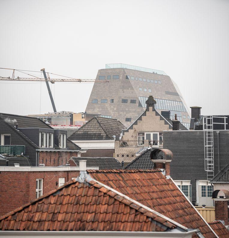 Het Forum torent boven de oude stad uit. Criticasters vinden het gebouw te veel verstopt. Beeld Harry Cock / de Volkskrant