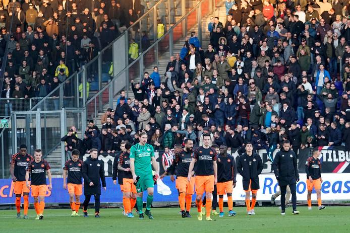 De spelers van PSV druipen af in Tilburg.