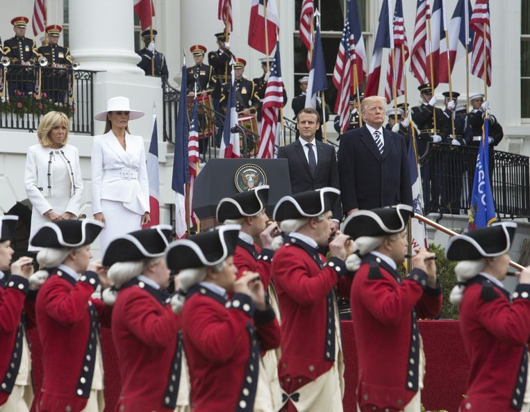 De Trumps en de Macrons voor het Witte Huis in Washington.  Beeld Photo News