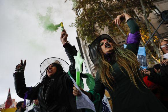 Argentijnse vrouwen kleedden zich in 2016 voor het eerst volledig in het zwart op 'Zwarte Woensdag'. Ze protesteerden tegen het geweld tegen vrouwen.