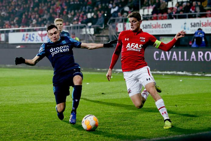 Vyacheslav Karavaev in duel met Guus Til van AZ.
